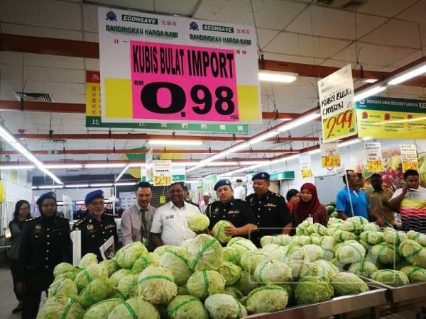 Summugam memantau harga kobis bulat ditawarkan 98 sen di Econsave berbanding harga maksimum ditetapkan kerajaan ialah RM3.
