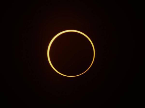 Fenomena Gerhana Matahari Anulus atau 'cincin' dapat dilihat secara tepat di Kampung Serkat Laut, Tanjung Piai hari ini. Fenomena Gerhana Matahari Anulus turut dapat dilihat di Serian, Sarawak. - Foto Bernama