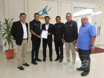 Yusri (dua dari kiri) menyerahkan memorandum kepada Hamdan agar dua isu yang dibangkitkan mendapat pertimbangan pihak MPK dengan mengambil kira kepentingan peniaga khususnya usahawan Melayu.