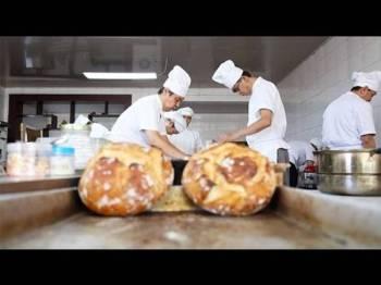 Roti buatan 'The Crazy Bakery' dijual kepada sekolah antarabangsa dan komuniti ekspatriat.