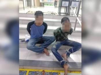 Dua lelaki ditahan penduduk selepas disyaki memancing wang tabung masjid di Parit Buntar semalam. - Foto ihsan pembaca
