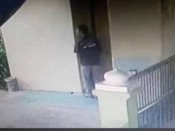 Rakaman CCTV menunjukkan suspek berlegar-legar di kawasan tandas surau sebelum memanggil mangsa.