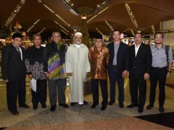 Hassan (tiga dari kiri) bersama warga UniSZA menyambut ketibaan Dr Ahmed Al-Raissouni. - Foto UniSZA