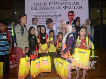 Saifuddin beramah mesra dengan murid sekolah yang menerima bantuan sekolah di Program Kembali Ke Sekolah bersama Mydin di Mydin Bukit Mertajam tadi.