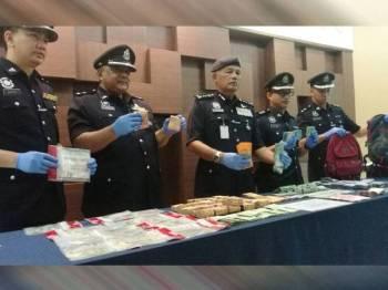 Zainuddin (tengah) menunjukkan sebahagian wang dilarikan suspek dalam kes pecah rumah di Kulim pada 25 Disember lepas.