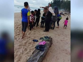 Anggota bomba yang membuat pemantauan sedang memberi peringatan dan nasihat kepada pengunjung di Pantai Kemasik, Kemaman semalam. - Foto: JBPM Terengganu