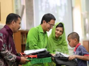 Tengku Sarafuddin Badlishah menyampaikan sumbangan kepada pelajar terpilih.