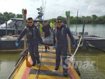 Anggota APMM membawa mayat salah seorang nelayan yang dilaporkan hilang selepas keluar menangkap ikan di Sungai Nibong di sini semalam.