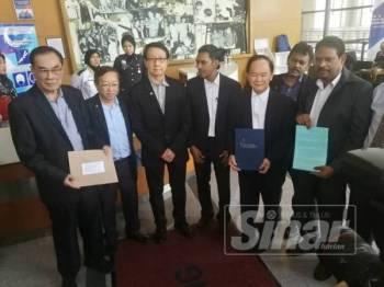 Cheng Suan (dua kiri) dan Tai Kim(dua kanan) bersama beberapa wakil pertubuhan Cina termasuk Dong Zong mempamerkan memorandum bantahan pengenalan tulisan Jawi di sekolah rendah untuk diserahkan kepada wakil KPM di lobi bangunan kementerian itu, petang tadi.