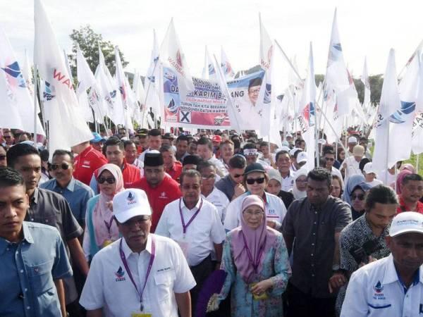 Wan Azizah (empat dari kanan) bersama Ketua Menteri Sabah Datuk Seri Mohd Shafie Apdal (tiga dari kiri) mengiringi calon Parti Warisan Datuk Karim Bujang ke Pusat Penamaan Calon di Dewan Datuk Seri Panglima Haji Mohd Dun Banir Beaufort hari ini.- Foto: Bernama