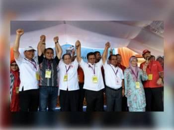 Calon Parti Warisan, Datuk Karim Bujang (tiga, kanan) bersama Timbalan Perdana Menteri, Datuk Seri Dr Wan Azizah Wan Ismail (dua dari kanan), Ketua Menteri Sabah Datuk Seri Mohd Shafie Apdal (tengah), Penasihat DAP Lim Kit Siang (tiga dari kiri), Menteri Pertanian dan Industri Asas Tani, Datuk Salahuddin Ayub (dua dari kiri) dan Presiden UPKO Datuk Wilfred Madius Tangau (kiri) mengangkat tangan bersama sebagai lambang muafakat selepas selesai penamaan calon di Pusat Penamaan Calon Dewan Datuk Seri Panglima Haji Mohd Dun Banir Beaufort hari ini. - Foto Bernama