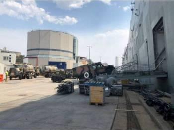 Konvoi trak membawa bekalan bahan api, air dan pelbagai keperluan lain menaiki kapal HMAS Adelaide menuju ke NSW. - Foto: ABC News