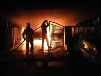 Anggota bomba dan penyelamat berusaha memadamkan kebakaran melibatkan tujuh rumah di Taman Tupai Mas, Taiping semalam.