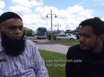 Tangkapan layar video yang memaparkan Mohammed Kalam (kiri) berkongsi kisah serangan di masjid Christchurch yang telah mengorbankan 50 umat Islam.