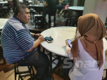 Wartawan Sinar Harian (kiri) menemu bual mangsa di Shah Alam, semalam.