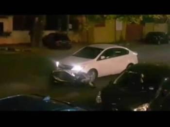 Pemandu kereta dilihat mula menyeret motosikal di Jalan Gudwara.