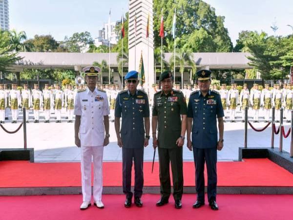 Affendi (dua dari kiri) bergambar bersama Ackbal (kanan), Panglima Tentera Darat Jeneral Tan Sri Ahmad Hasbullah Mohd Nawawi (dua dari kanan) dan Abdul Rahman (kiri) pada Majlis Menyambut Ketibaan Panglima ATM ke-21 di Dataran Wisma Pertahanan hari ini. -FOTO: BERNAMA