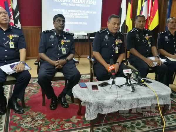 Aidi (dua dari kiri) pada sidang akhbar di Kuala Terengganu hari ini.