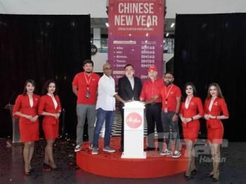 Anthony (tengah) pada Majlis Pengumuman Penerbangan Lewat Malam dengan Tambang Rendah Sempena Tahun Baharu Cina di ibu pejabat AirAsia RedQ, di sini hari ini.