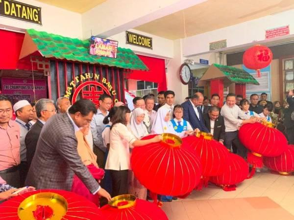 Wan Azizah menurunkan tandatangan pada tanglung yang menjadi hiasan di SMK Pusat Bandar Puchong 1, Pusat Bandar Puchong.