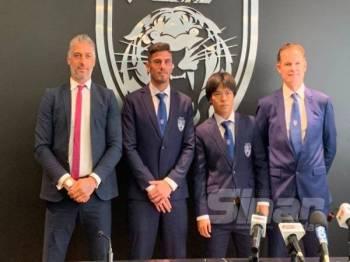 Alistair (kanan) bersama Fernando (tiga dari kanan) dan Kei (dua dari kanan) bergambar bersama selepas sidang media berkenaan.