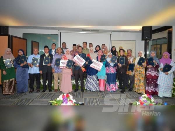Penerima anugerah yang diraikan pada majlis Anugerah Perdana YPP bagi tahun 2019 di Ibu Pejabat Pertubuhan Peladang Kebangsaan di Petaling Jaya semalam. - Foto Sinar Harian SHARIFUDIN ABDUL RAHIM