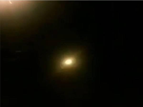 Tangkapan layar video yang memaparkan peluru berpandu telah melintasi langit Tehran pada malam kejadian pesawat Ukraine meletup dan terhempas.