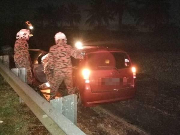 Anggota bomba membantu mengeluarkan mangsa yang tersepit selepas terbabit kemalangan di Kilometer 235.8 LPT1 di sini pagi tadi.