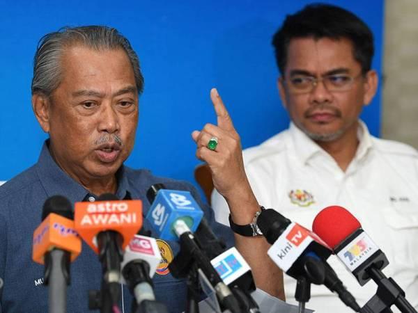 Muhyiddin menunjukkan tanda satu sebagai simbolik hanya satu pas sahaja iaitu Pas Sementara Sabah (PSS) akan digunakan untuk menyelaraskan kepelbagaian dokumen warga asing di negeri Sabah pada sidang media hari ini. - Foto Bernama