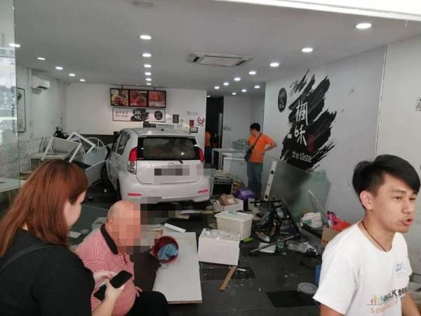 Kesilapan menukar gear menyebabkan kereta dipandu lelaki warga emas merempuh sebuah kedai makan di Setapak hari ini.
