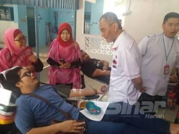 Dr Dzulkefly (dua dari kiri) berbual dengan salah seorang peserta Kempen Derma Darah SK-STF 73 di Surau Al-Ikhlasiah, Keramat Jaya, Kampung Datuk Keramat di sini hari ini.