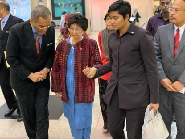 Zulkefly dan Siti Hasmah tiba di Hospital Putrajaya untuk melawat mangsa di sini hari ini. - Foto KKM