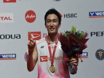 Kento Momota menjuari kategori lelaki perseorangan bersama pingat yang dimenanginya pada Kejohanan Badminton Perodua Malaysia Master 2020 di Axiata Arena Bukit Jalil semalam. - Foto Bernama