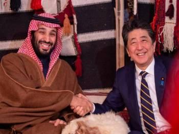 Abe (kanan) bertemu Mohammed Salman di bandar Al-Ula dekat barat laut Arab Saudi semalam. -Foto: AFP