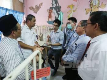 Dr Sahruddin (dua dari kiri) ketika mendengar penerangan daripada pakar HSA berkenaan kes tersebut.