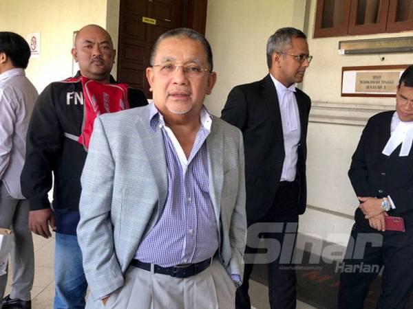 Mohd Isa ditemui di luar Mahkamah Tinggi Kuala Lumpur selepas perbicaraan kes pecah amanah dan rasuah hari ini.