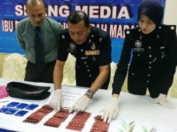 Mohd Zain (tengah) menunjukkan dadah yang dirampas pada sidang akhbar di IPD Marang hari ini.