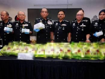 Mohd Khalil (empat dari kiri) dan Ketua Polis Selangor, Datuk Noor Azam Jamaludin (tiga dari kiri) menunjukkan barang rampasan pada sidang akhbar di IPK Selangor hari ini. - Foto Bernama