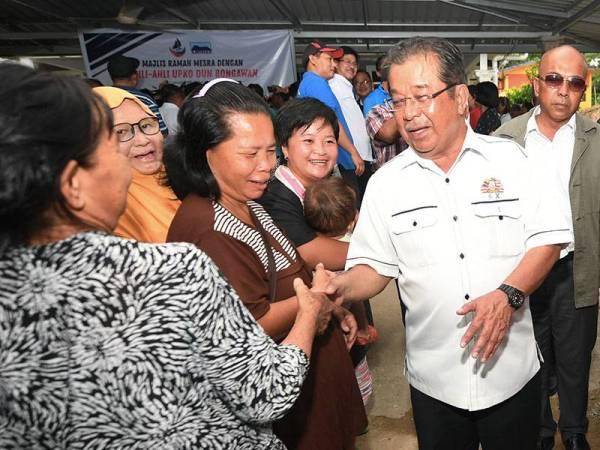 Datuk Karim Bujang bersalaman dengan penduduk setempat pada Majlis Ramah Mesra Dengan Ahli-Ahli UPKO DUN Bongawan di Kampung Kinolonsodong hari ini. - Foto Bernama