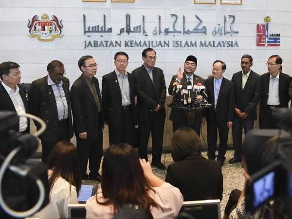 Dr Mujahid (tengah) bersama para wakil Dong Zong diketuai oleh Pengerusinya Tan Tai Kim (empat dari kanan) pada sidang media selepas mengadakan pertemuan bagi membincangkan isu tulisan jawi. - Foto Bernama
