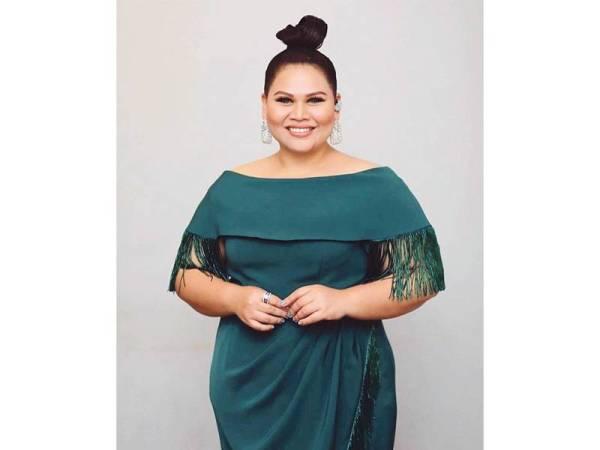 SHERRY antara selebriti terkenal memperagakan busana AfiqM yang menyerlah dengan rekaan gaun petang berona hijau zamrud.