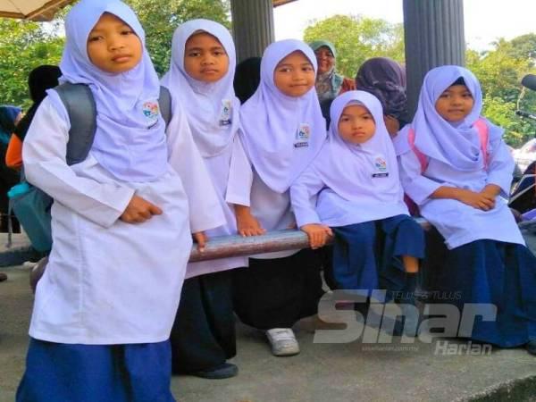 Nur Amni Zahra (dua dari kanan) bersama rakan-rakan sekelasnya di SK Jeram.