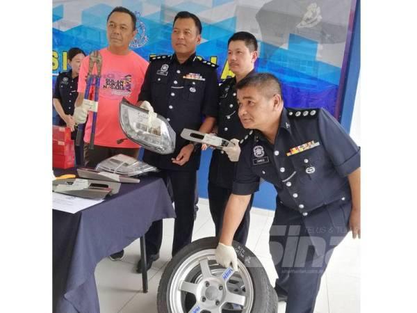 Amar (dua dari kiri) menunjukkan antara peralatan yang dirampas susulan tertangkapnya dua lelaki di Jalan Sembilang, Teluk Pulai, Klang, Isnin lalu.