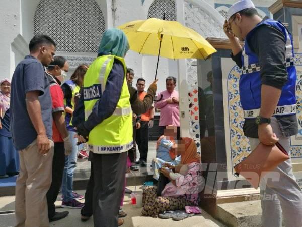 Kehadiran anggota penguatkuasa membantut hasrat pengemis warga asing untuk 'mencari rezeki' di depan pintu pagar utama Masjid Negeri, di sini, semalam.