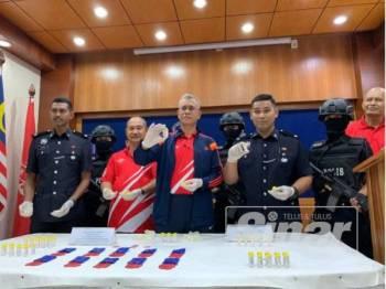 Hasanuddin (tengah) menunjukkan dadah yang dirampas dalam serbuan di Kota Bharu.