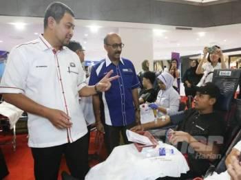 Dr Sahruddin (kiri) membuat lawatan di Karnival Kesihatan Peringkat Negeri Johor di Pusat Beli Belah Paradigm Mall hari ini.