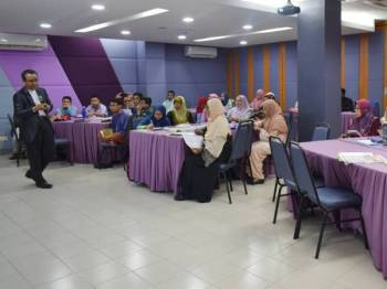 Dr Zabidi Azhar menyampaikan pembentangannya dalam program Roundtable Kajian Tentang Penyusuan Susu Ibu Berlandaskan al-Quran di sini semalam.