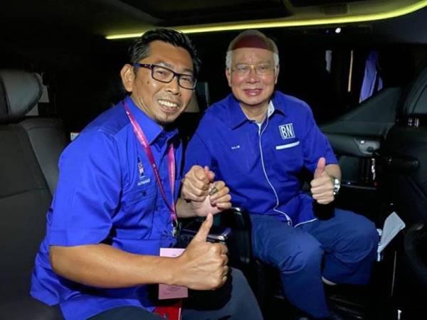 Mohamad bersama bekas Perdana Menteri, Datuk Seri Najib Razak dalam kenderaan ke pusat pengumuman keputusan PRK Kimanis malam tadi.