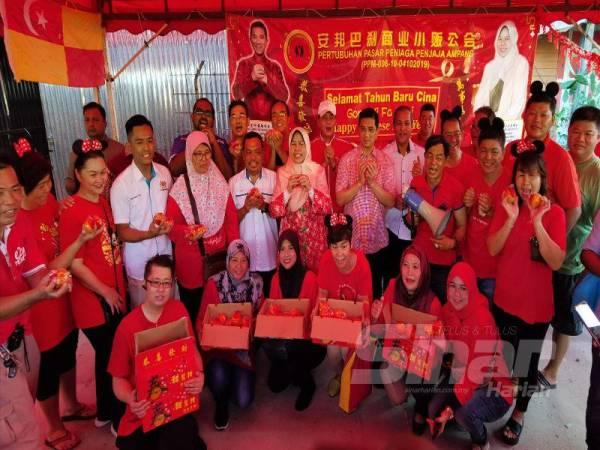 Mohamed Azmin dan Zuraida bersama orang ramai pada program Walkabout Tahun Baru Cina DUN Bukit Antarabangsa dan Parlimen Ampang di Pasar Pekan Ampang di sini pagi tadi.