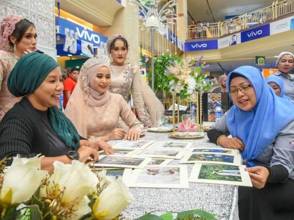 Dari kanan, Mazlina bersama pengusaha Ujies Collection, Ujie Ariffin (kiri) sedang berbual pengenai pakej-pakej perkahwinan dan rekaan busana terkini.